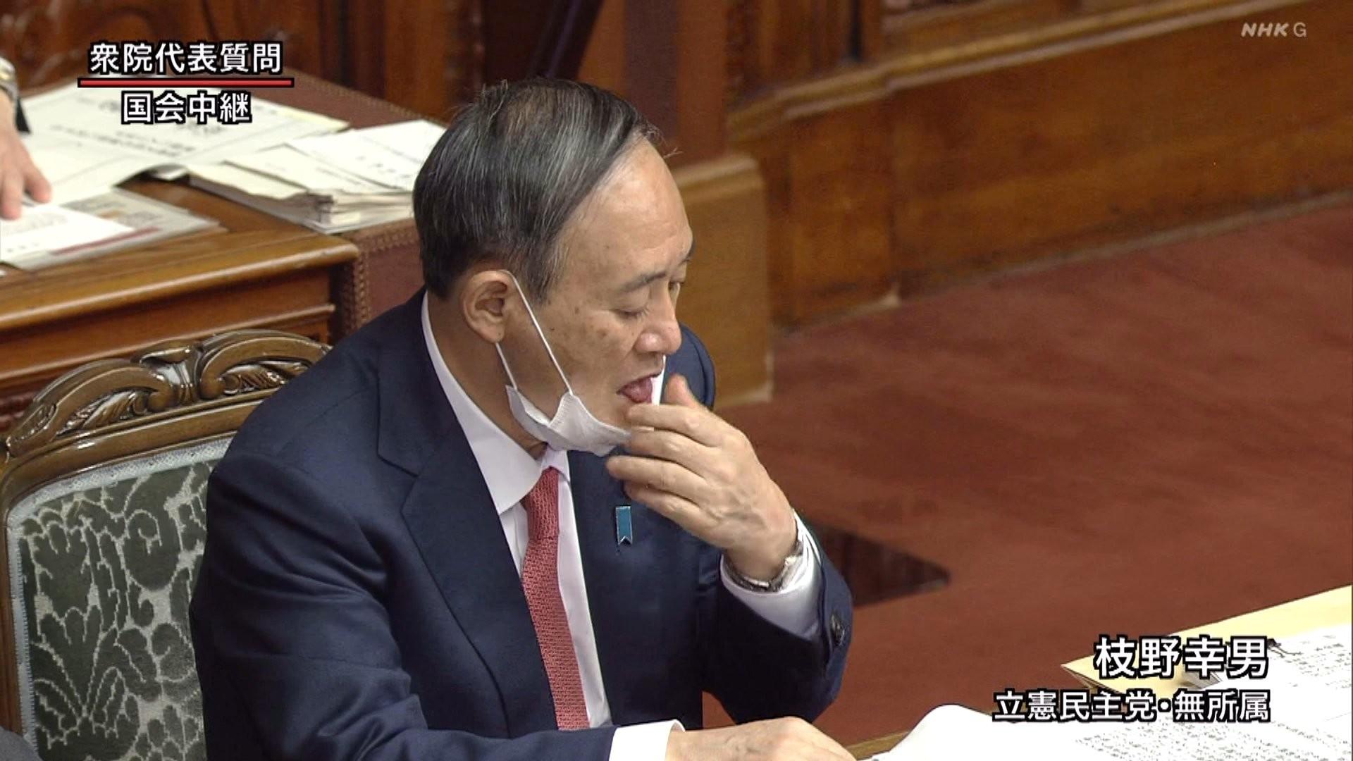 【スダレ悲報】菅総理、鼻出しマスクで指をペロリしてハゲ頭に手を添える(画像あり)